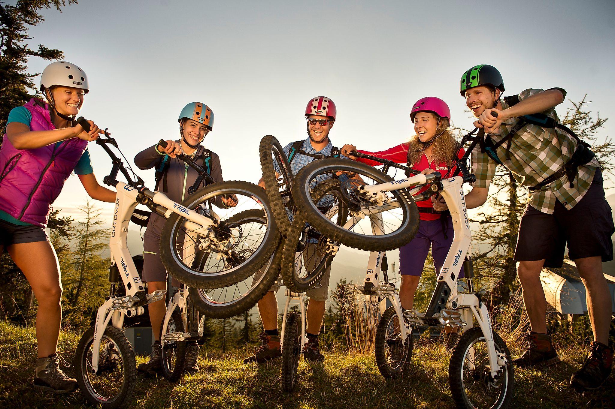 <p>Gruppenfoto mit den faltbaren Fahrrädern bei Sonnenaufgangsstimmung. </p>