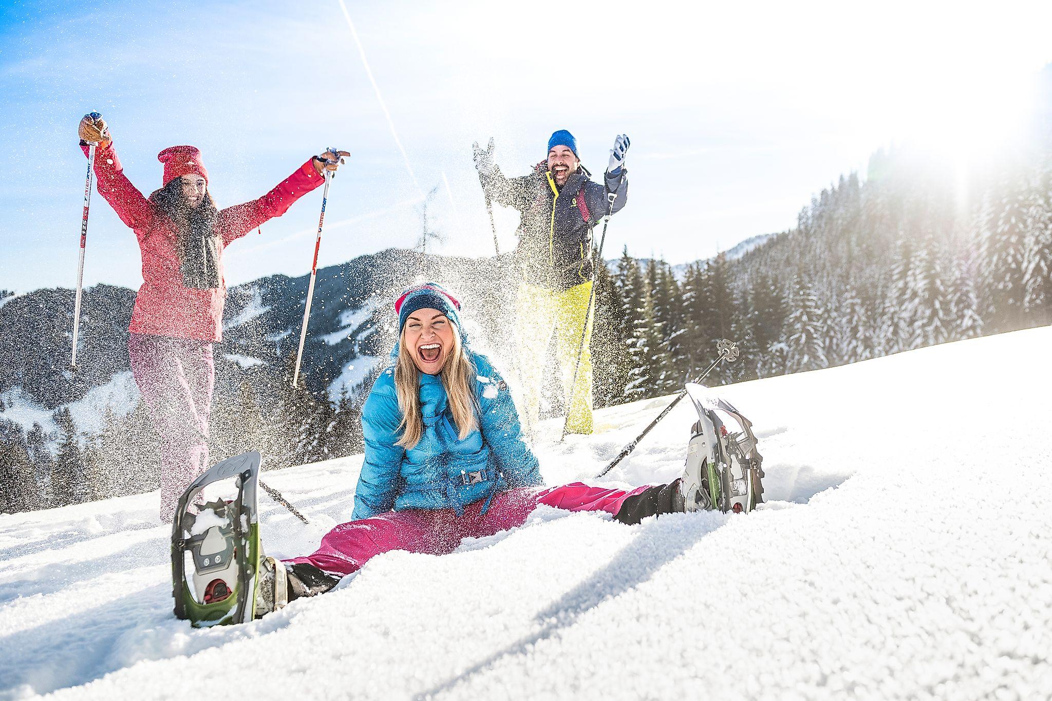 <p>Urlaubsspaß beim Schneeschuhwandern abseits der Piste in Flachau</p>