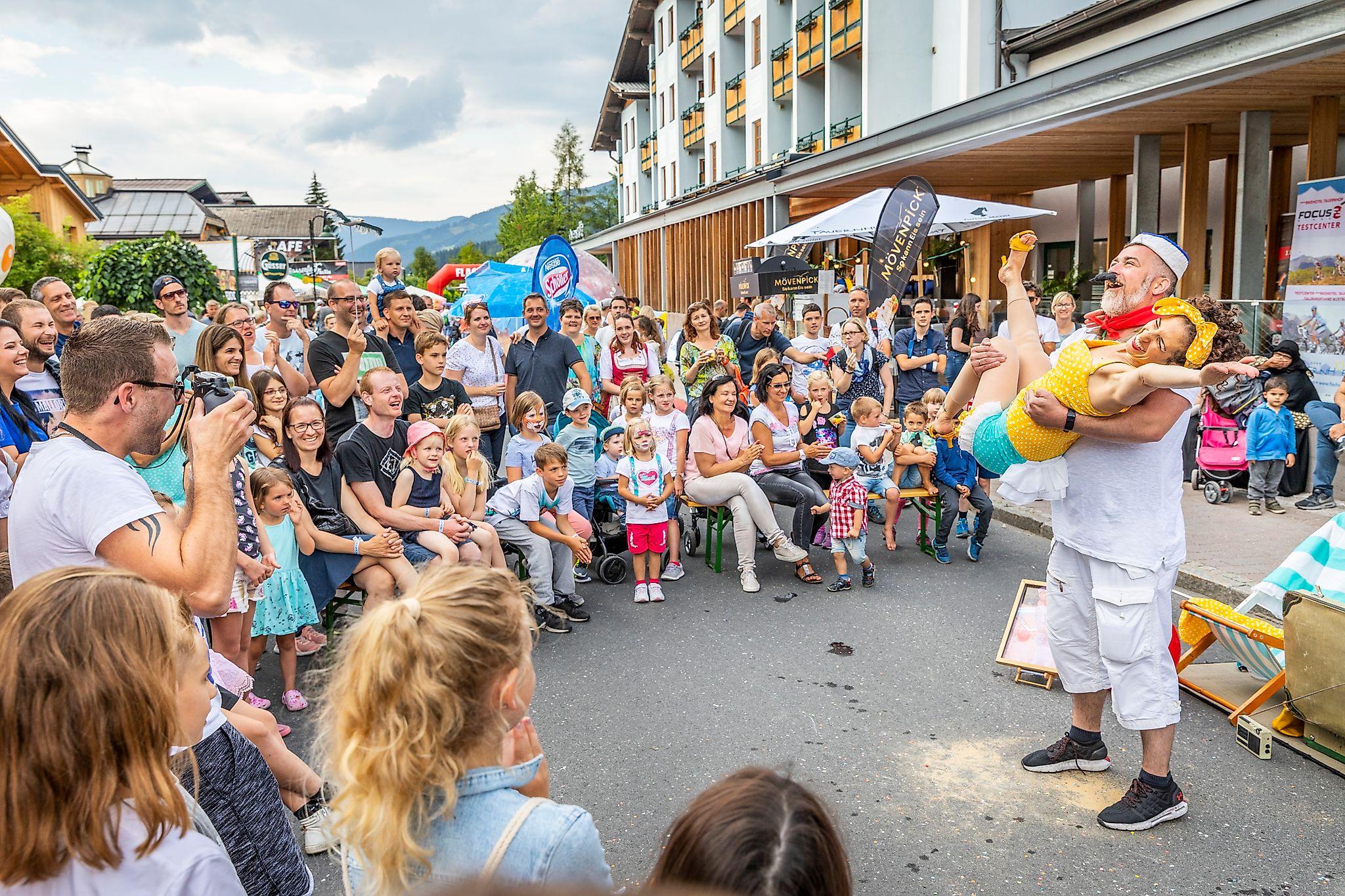 <p>Buntes Programm beim Straßenfest Flachau.</p>