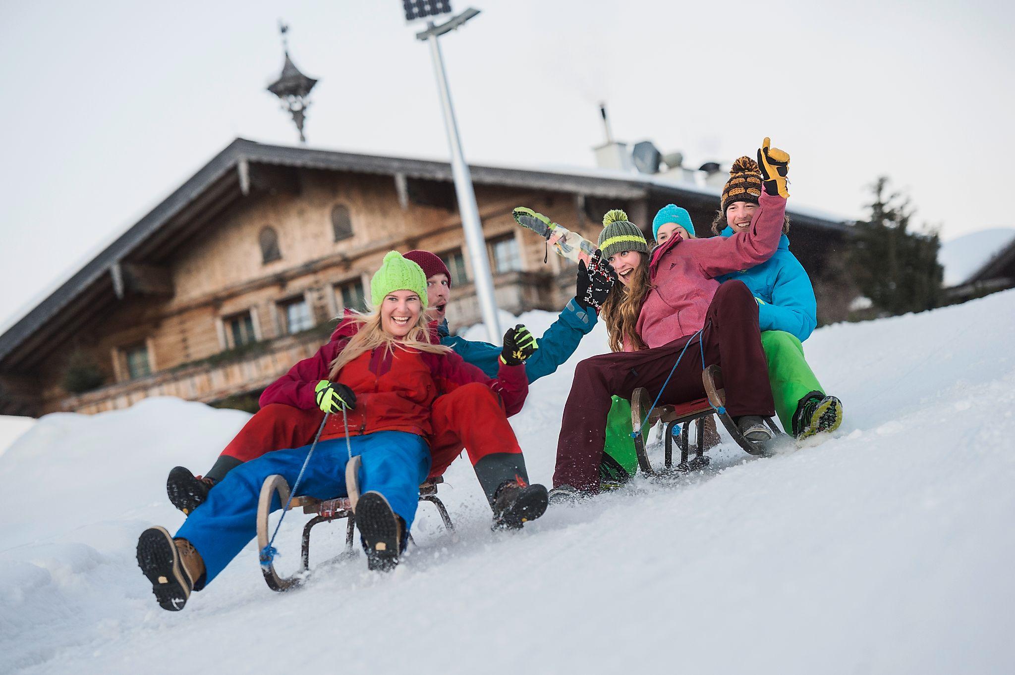<p>Was wäre ein Winterurlaub ohne Rodeln? Eine lustige Rodelpartie solltet ihr keinesfalls auslassen.</p>