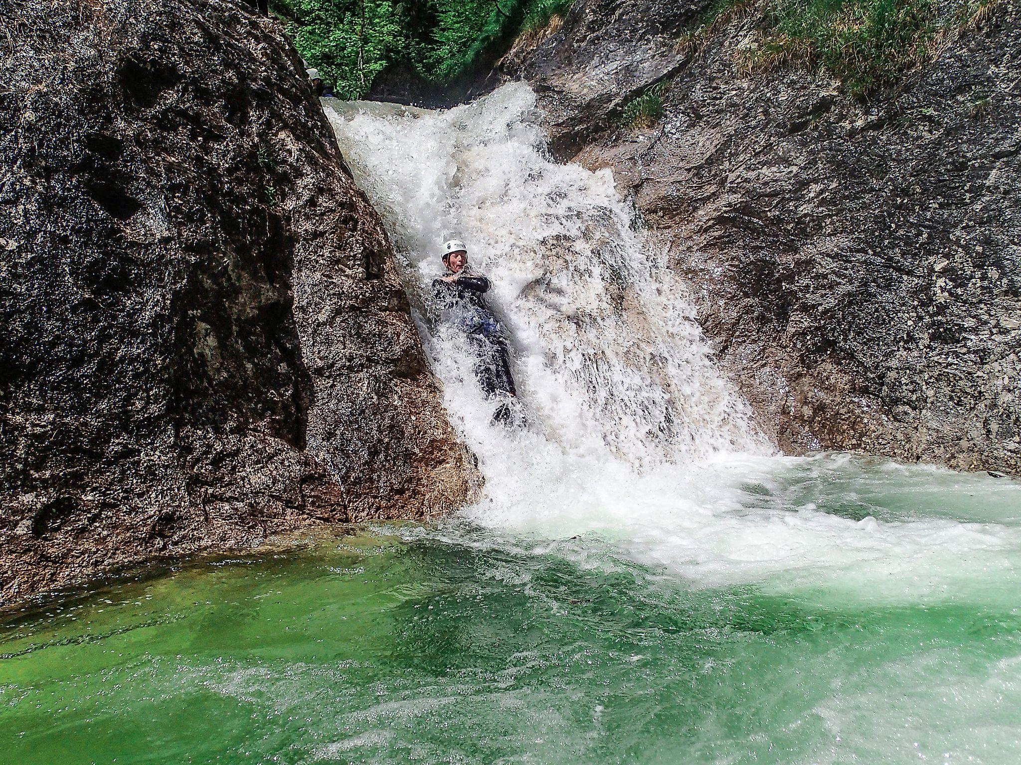<p>Lustige Rutschpartien dürfen beim Canyoning in Flachau nicht fehlen.</p>