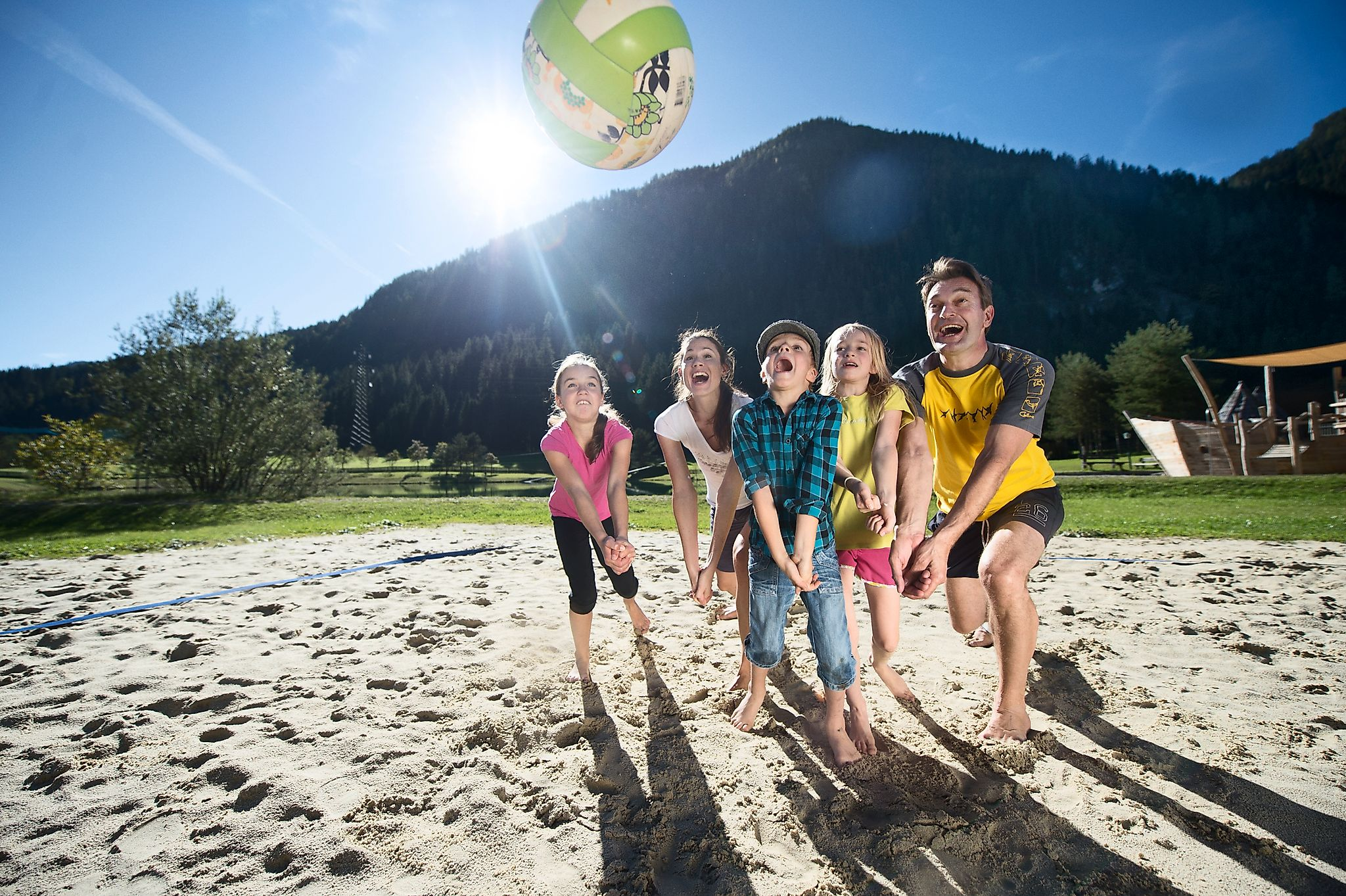 <p>Familie beim Volleyballspielen am Badesee in Flachauwinkl.</p>